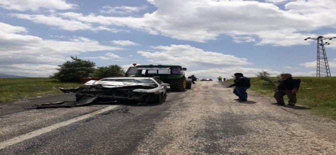 Traktöre bağlı römorka arkadan çarpan otomobil hurdaya döndü,1 yaralı