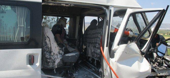 Kayseri'de İş makinesi ile minibüs çarpıştı: 6 yaralı