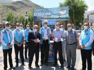 Yahyalı Belediye Başkanı Esat Öztürk kurban bağışında bulundu