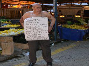 VATANDAŞ KİRACINI İYİ SEÇ PAZARDA SOYUNARAK PROTESTO ETTİ