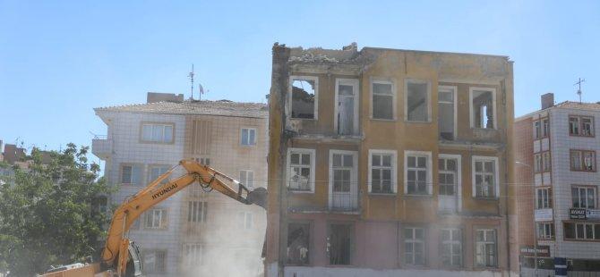 Melikgazi Belediyesi Hunat'ta 3 katlı eski binayı yıktı