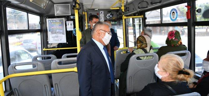 Başkan Büyükkılıç Meydan'dan geçen bir otobüse binerek, bir süre seyahat etti