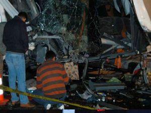 Yolcu Otobüsü Bariyerlere Daldı:6 Ölü 11 Yaralı