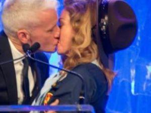 Madonna Gay Sunucuyla Delicesine Öpüştü