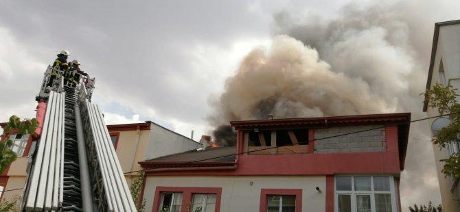 Müstakil bir evin çatısında yangın çıktı