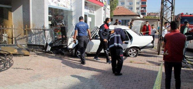 Çaldıkları otomobille polisten kaçarken dükkana girdiler