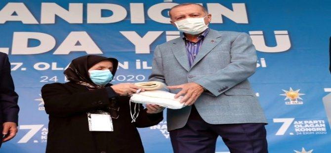 Kayserili Teyze Cumhurbaşkanı Erdoğan'a çorap hediye etti