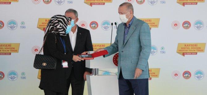 Cumhurbaşkanı Erdoğan,hak sahiplerine anahtarlarını teslim etti