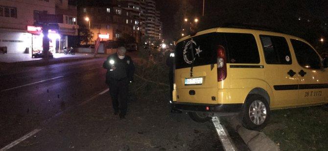 Altınoluk'ta  ticari taksi ağaçlara çarparak durabildi: 1 yaralı