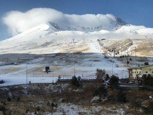 Erciyes'e kara yağdı pistlerin üzerinde muhteşem görüntü oluştu