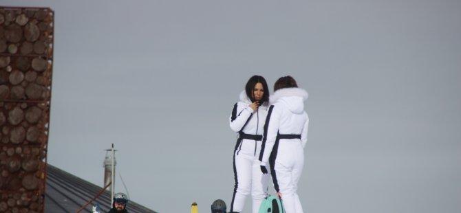 Erciyes'e gelen turistler, güzel havada kayak yapmanın tadını çıkardı