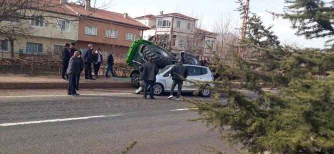 Yeşilhisar'da otomobil traktöre arkadan çarptı: 3 yaralı