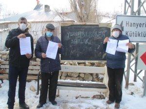 Pınarbaşı'nda borcu gören mahalle sakinleri satılık yazısı astılar