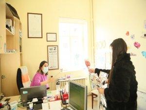 Başkan Cabbar'ın kadınlar günü tebrikini ileterek karanfil hediye ettiler