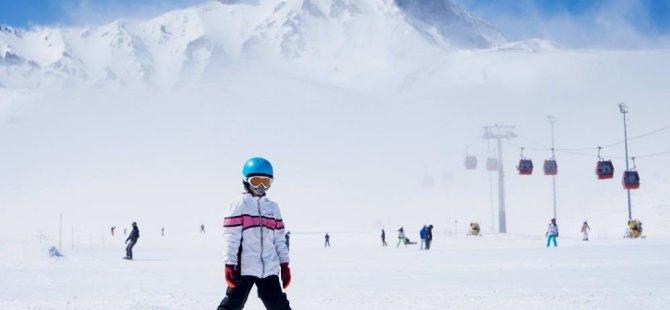 Kayseri Erciyes'te kayak keyfi sürüyor