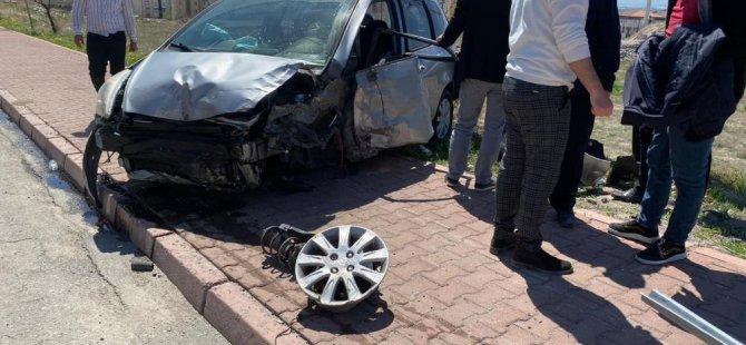 Erkilet Bulvarında kaza otomobil kaldırıma çıktı: 2 yaralı