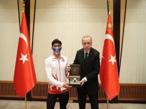 Cumhurbaşkanı Erdoğan Kayserili sporcuya ödül verdi