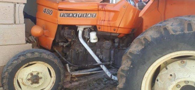 Caminin duvarına çarpan traktörün sürücüsü hayatını kaybetti