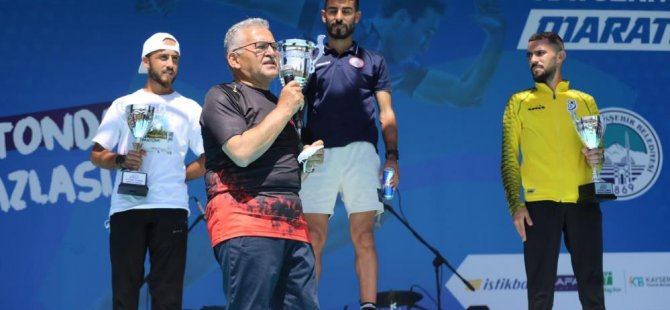 Büyükkılıç Maraton koşusunu kazananlara ödüllerini dağıttı