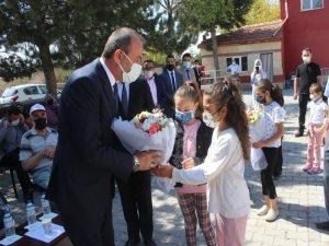 Tomarza Belediye Başkanı Şahin öğrencilere hediyeler verdi