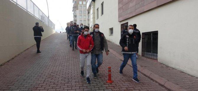 Kayseri'de uyuşturucu satan 7 kişi yakalandı bir şahıs ise halının arkasından çıktı