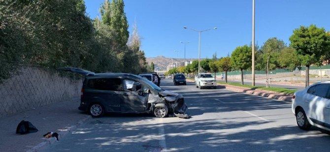 Erkilet polis okulu yolunda karşıya geçmeye çalışan aileye araç çarptı 6 yaralı