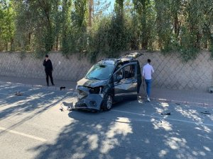 Erkilet Polis okulu bulvarı'nda yolun karşısına geçmeye çalışan aileye otomobil çarptı: 6 yaralı