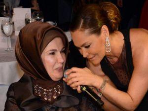 Hülya Avşar Emine Erdoğan'la konuşurken gaf üstüne gaf