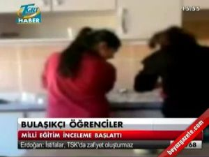 Okul'da öğretmenlerin çay sonrası bulaşıklarına yıkayan öğrenciler