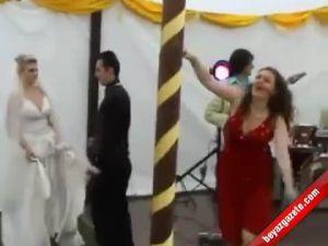 Sarhoş kadın düğünü karıştırdı-video