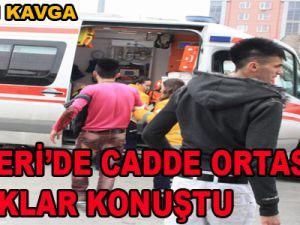 KAYSERİ'DE CADDE ORTASINDA BIÇAKLI KAVGA