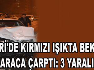KAYSERİ'DE KIRMIZI IŞIKTA BEKLEYEN ARACA ÇARPTI: 3 YARALI