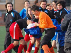 Kadın futbolcular tekme tokat kavga etti