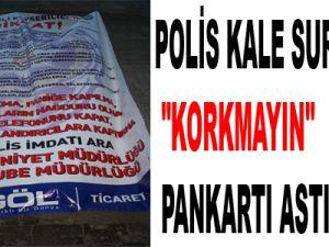 """POLİS KALE SURLARINA """"KORKMAYIN"""" PANKARTI ASTI"""
