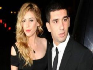 Arda Turan ile Sinem Kobal nişanlandı