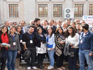 Melikgaziden erciyes üniversitesi ögrencilerine aşüre ikramı
