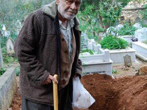 Mezarı kazılan yaşlı adam çıka geldi!
