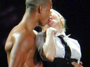 Madonna konseri sırasında öpüştü