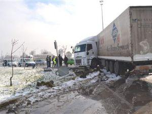 Kayseri'de Tır Kaygan Zeminde Kontrolden Çıktı