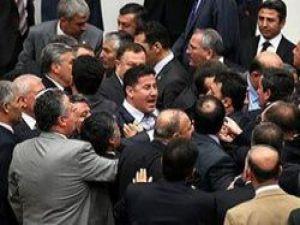 Meclis'te kürsü işgal etme gerginliği