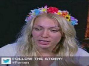 Canlı yayında soyundu VİDEO