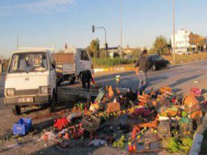 Pazarcı kaza yaptı, sebzeler yola saçıldı