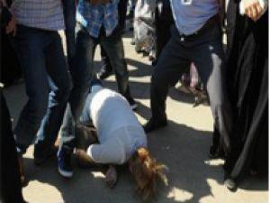 Şehit cenazesinde kadına linç girişimi!