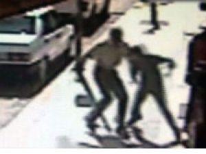 Kızının kaçtığı genci sokak ortasında öldürdü-video
