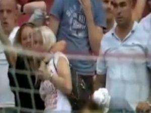 Gol olmayan şuta gol diye sevinen 2 kadın / Video