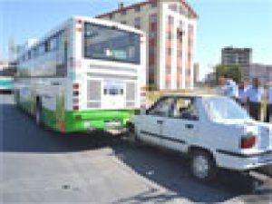 Otomobil Park Halindeki Halk Otobüsüne Çarptı: 1 Yaralı
