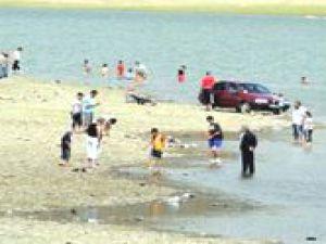 Kayserililer Erciyes Dağı'nın Zirvesindeki Gölette Serinliyor