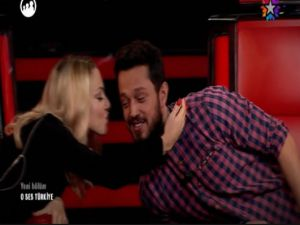 Hadise Muraz Boz'u ateşli bir şekilde öptü-video