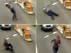 Şansız kadın otopark bariyerine böyle takıldı / Video