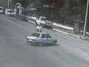 Otomobil yaşlı çifti böyle ezdi! Video